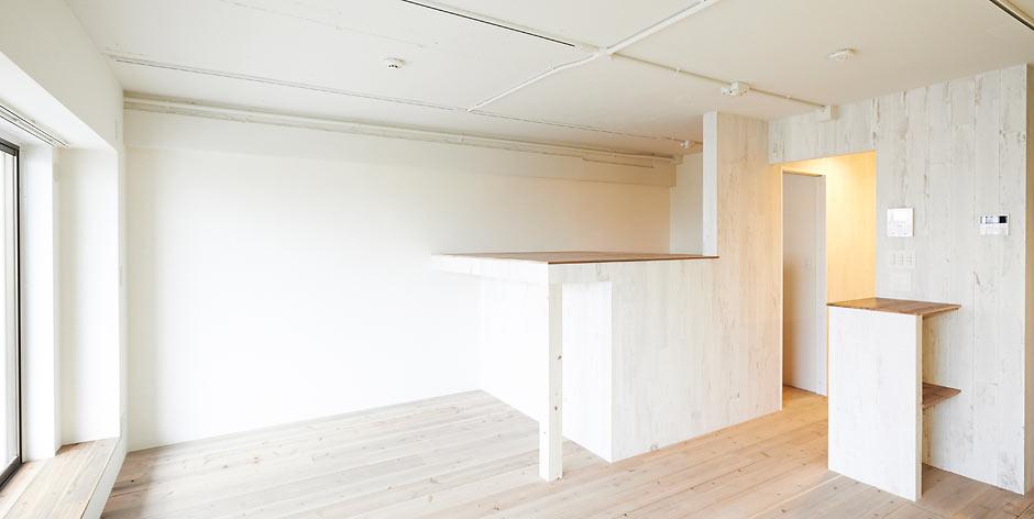 築43年の古いマンションをロフト付きの快適空間にリノベーション。壁や床の木材に加工をして、フランスの古いアパートを彷彿とさせるアンティーク感漂う住まいが誕生しました。
