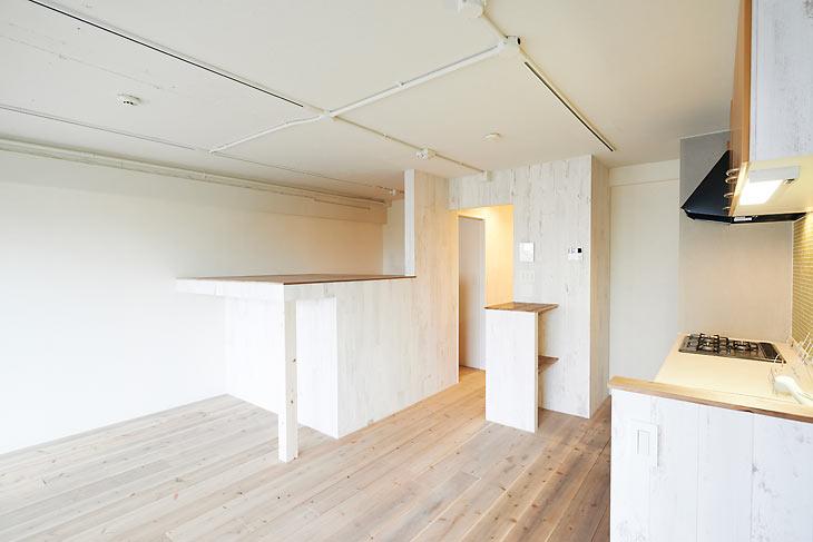 白いエイジング木材の壁と足場板の床でフレンチアンティーク風の空間を造作