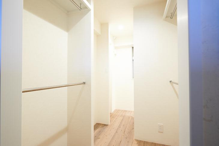 玄関土間と寝室の間に設けたウォークインクローゼット。玄関と寝室の両サイドから出入りが可能です