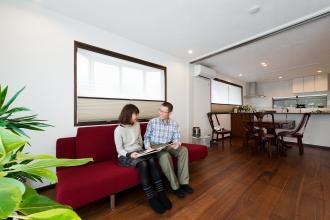 自然素材を取り入れ、アンティーク家具が馴染むあたたかみのある空間づくり