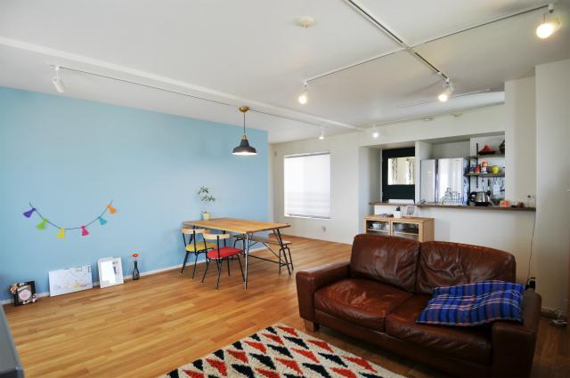 水色の壁はお部屋のディスプレイスペースに、 後ろに回るとウォークスルークローゼットになっています。