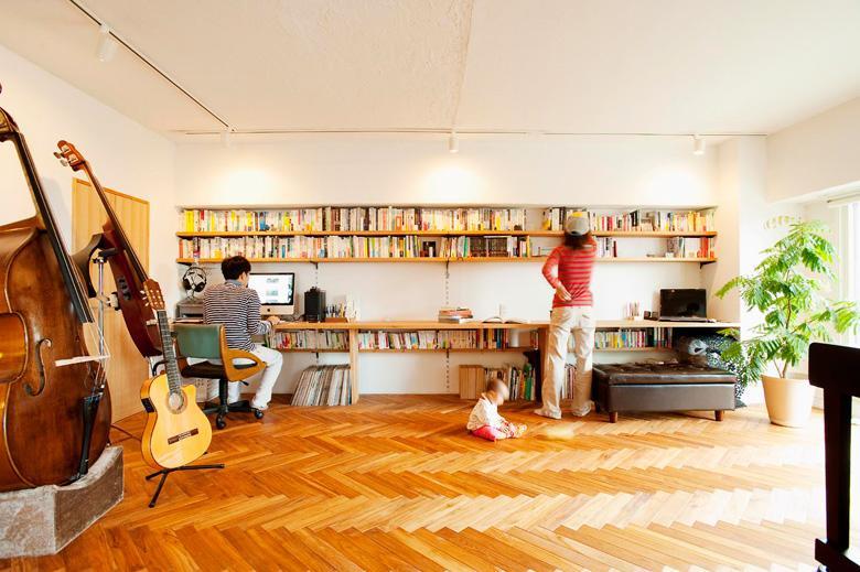 音楽好きのOさんご夫婦が、大きな楽器を置ける空間を求めてリノベーション。ヘリンボーン貼りのチーク材が美しく、演奏や映画鑑賞も楽しめる広々リビングができました。