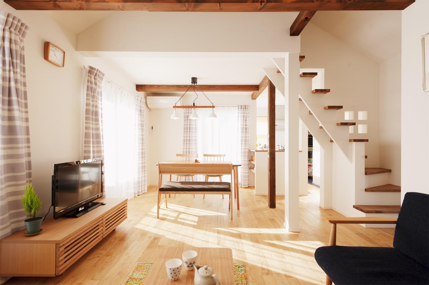 築27年の中古住宅を断熱性と耐震性をアップして、長く安心して暮らせる住まいにリノベーション。1階は個室と水まわりを集約し、日当たりのいい2階に明るく開放的なLDKを設置しました。