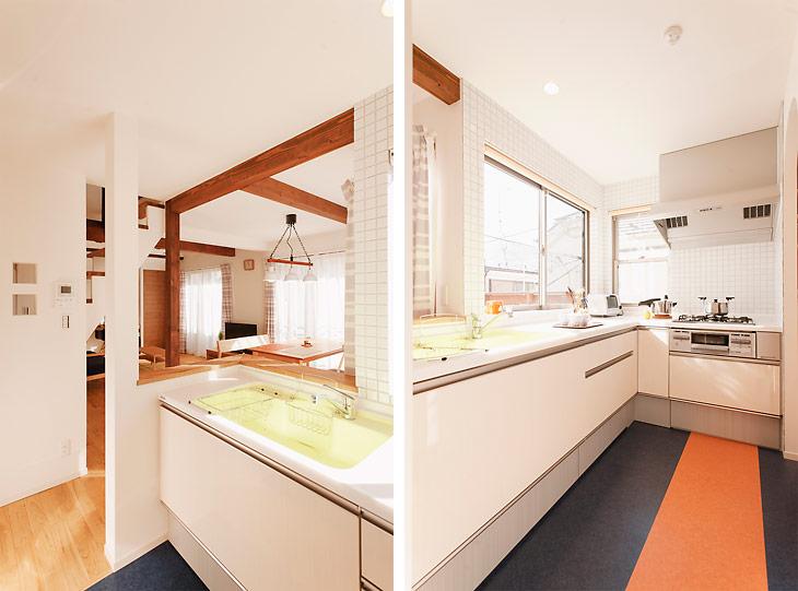(写真左)元洋室だったところをキッチンに。壁にはTさんが選んだタイルを張りました (写真右)キッチンの床はブルーにオレンジのラインが入った個性的なフロアタイルで仕上げました