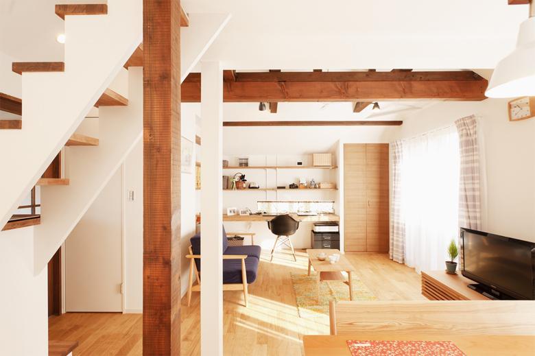 夫婦で使えるPCコーナー。隣の収納の扉は木目の美しい柾目のタモ材で造作しました