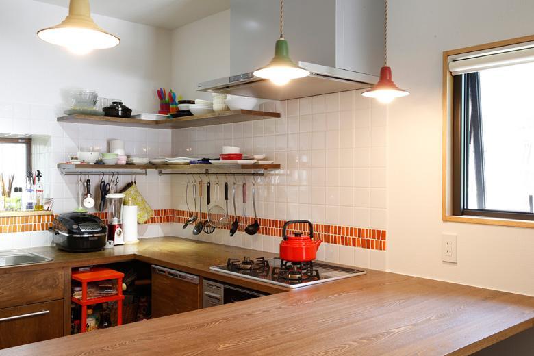 壁付けのI型から、コの字型の造作キッチンに