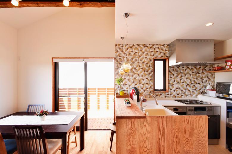 「古い木造住宅を2世帯住宅として再生」のキッチン