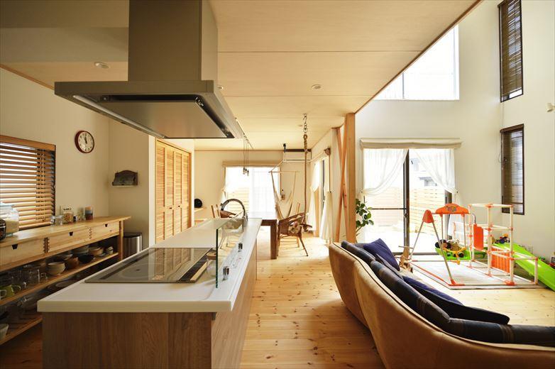 キッチンをLDKに取り込むことで、その分洗面室や浴室などのスペースを広げて使いやすく、というメリットも。