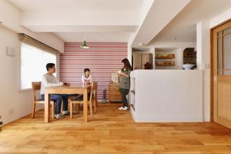 広くて開放的なLDKに個室も用意。お気に入りのクロスやタイルが楽しい住まい