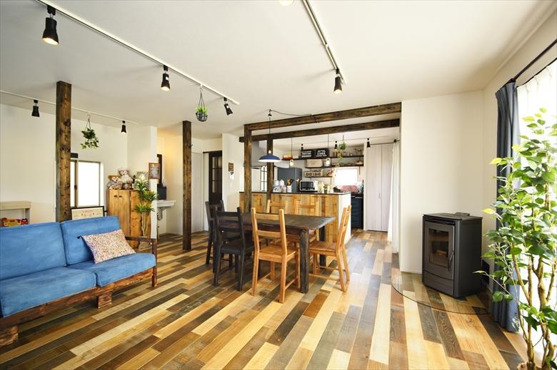 和室だった部分はキッチンに変え、リビングと一体化させた開放的なLDKに。床はざっくりとした風合いが魅力のオークミックスを採用。古材風のアンティークな雰囲気を演出した