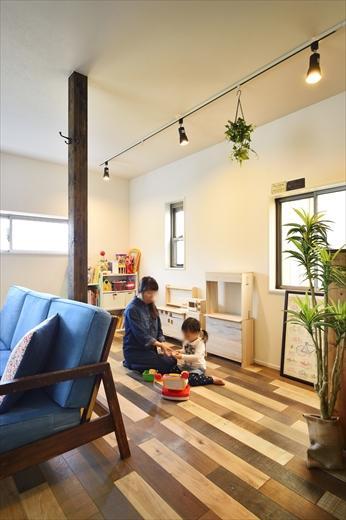 リビングの一部に設けたお子さんの遊ぶスペース。もともと浴室だった部分の柱が何となく空間を分けてくれる。リビングにいながら、またキッチンからも常にお子さんの様子を見守ることができて安心