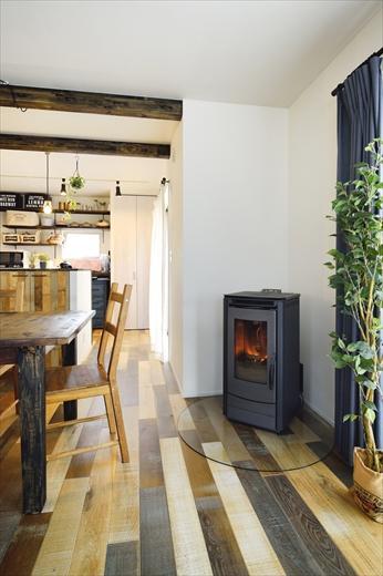 リビングには火のある暮らしを演出するペレットストーブを。インテリアとして、使わないときでもラフな部屋の雰囲気に馴染んでくれる
