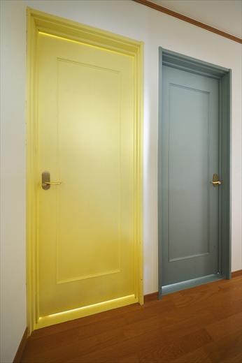 2階洋室ドア。Kさんが自分たちで塗装。