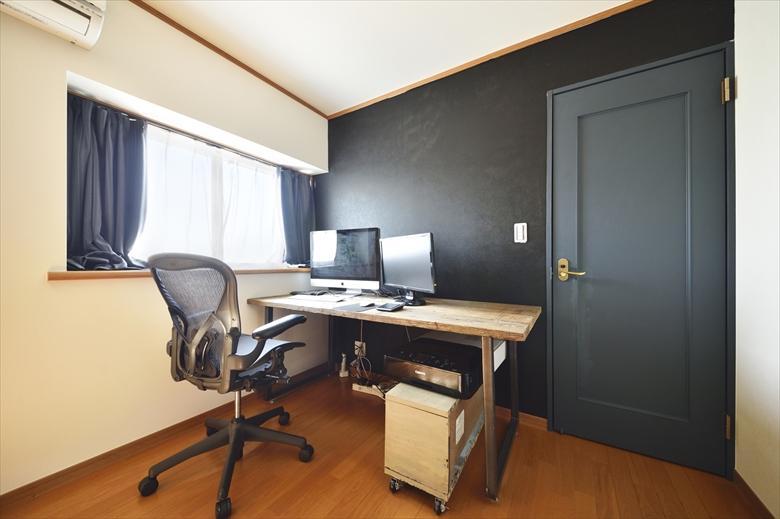 「シンプルな色味のインテリアが映える、ラフな雰囲気の男前デザイン」の書斎
