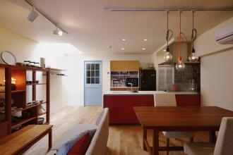 暮らしにぴったりの広いLDKと大型収納、愛用の家具が映える空間を実現