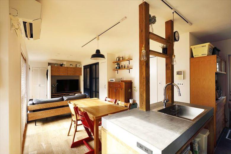 奥が和室だった部分。一部をLDKに取り込んで広々とした空間を実現。木質感を大事にしたいという希望から、床はナラ材の無垢フローリングを採用。クリアオイル塗装でナチュラルな雰囲気に。テレビ背面の壁は新設したもの。その裏がご主人の専用スペースとなっている。