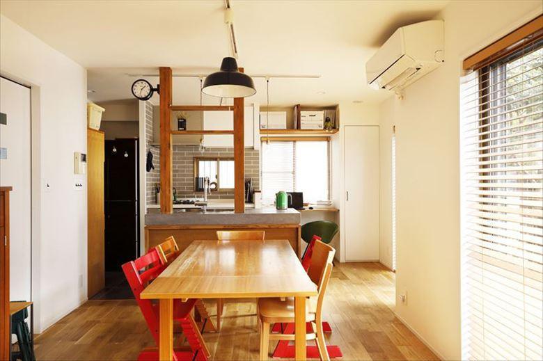 開放的なキッチンに変更して動線が格段に良くなり、家族の行き来もスムーズに。キッチンの壁を取り払ったことで現しになった柱をどうするかは試行錯誤したポイント。うまくキッチンと融合させて飾り棚にすることでコストを抑えながら、空間のアクセントとして活かしている