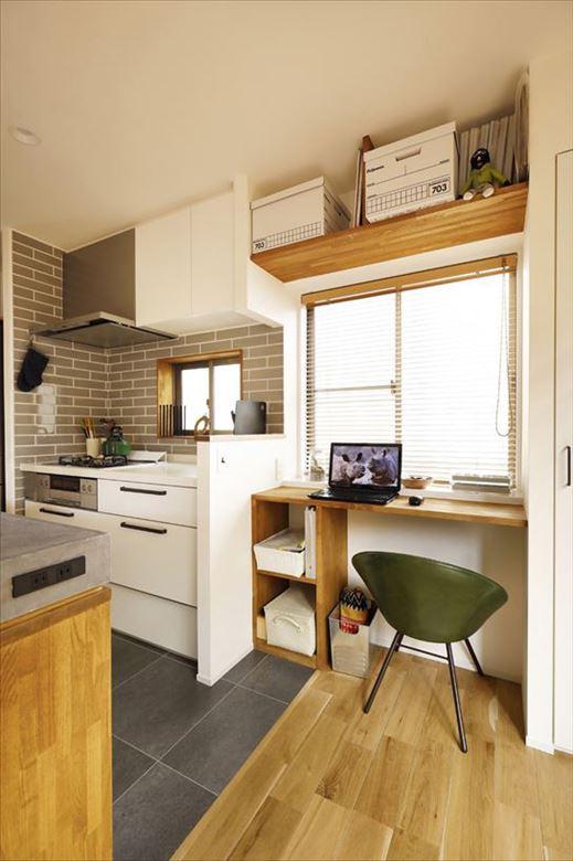 キッチン脇には奥様専用のスペースを設けている。使い勝手に合わせて棚やカウンターを造作。ちょっとした物書きやレシピの検索なども料理の合間にできて便利