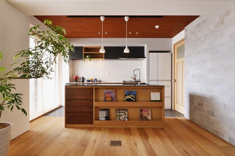 家具屋さんによる造作キッチン。収納の場所や天板の素材など細部にまでこだわったつくりは必見です。