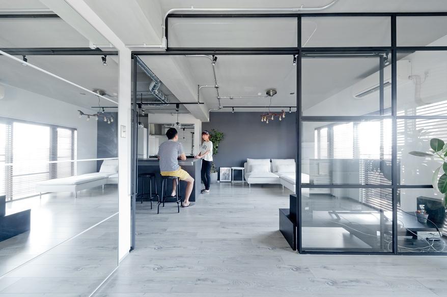 モノトーンに徹したリビング・ダイニング。ガラス造作建具と鏡の効果で広がりを感じます。