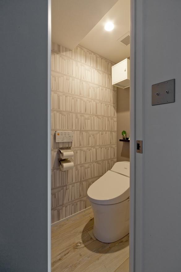 トイレはクロス貼りですが、アクセントをつけて遊び心を。