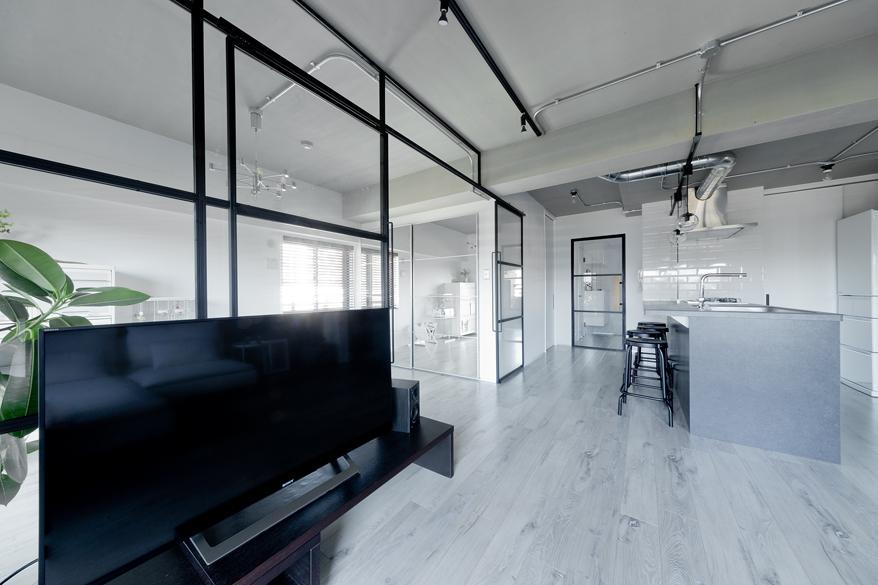 廊下とリビングを繋ぐ扉も視界が開ける気持ちよさがあります。