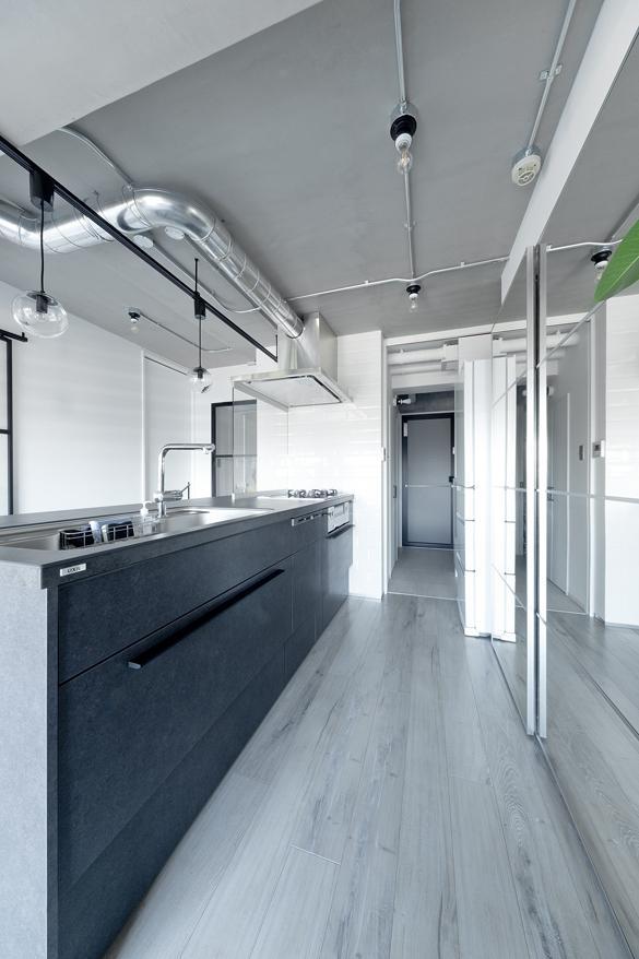 キッチン内部はダークグレーで統一し、洗練された雰囲気の清潔なキッチンに。