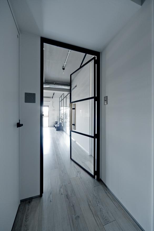 玄関から廊下・リビングへと続くメイン扉。アイアン×ガラスでシンプル且つ無機質な感じがお気に入りだとか。