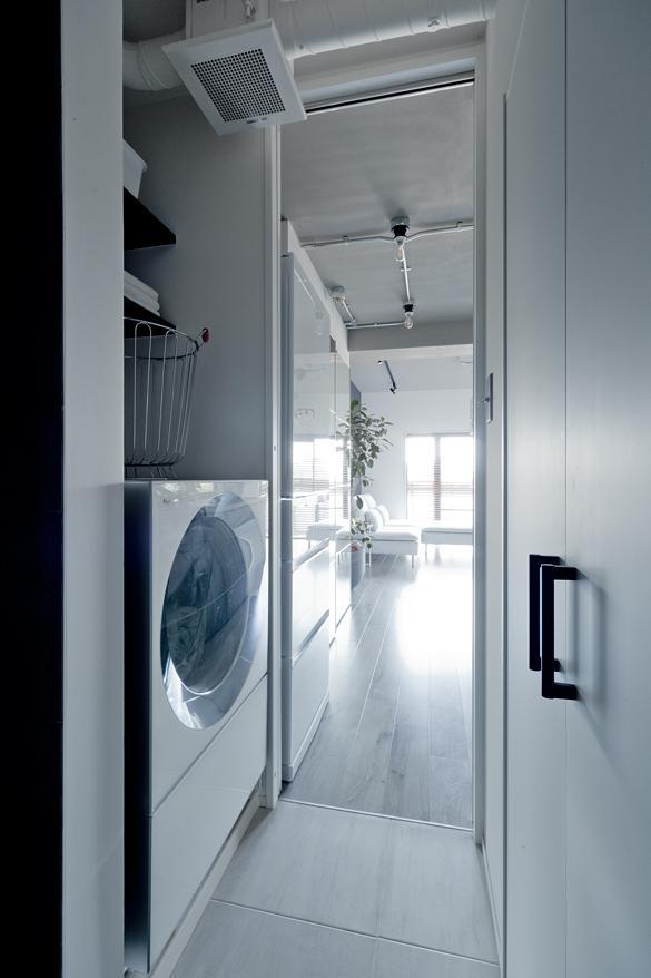お気に入りの家電・洗濯機もぴったり収まる設計に。キッチンからアクセスできるサニタリーなので、使い勝手もばっちり。