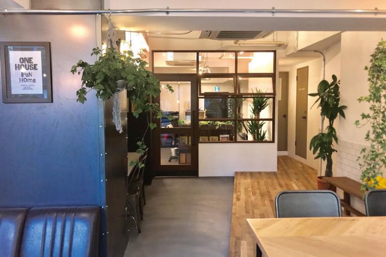 【ハコリノベ横浜山下公園】横浜高速鉄道みなとみらい線「日本大通り駅」から徒歩3分。 店内はコンクリート露出の天井や無垢フローリングにモールテックスとタイル、造作テーブルやこだわりの照明などなど・・・リノベーションのヒントがたくさん詰まったお店となっております。