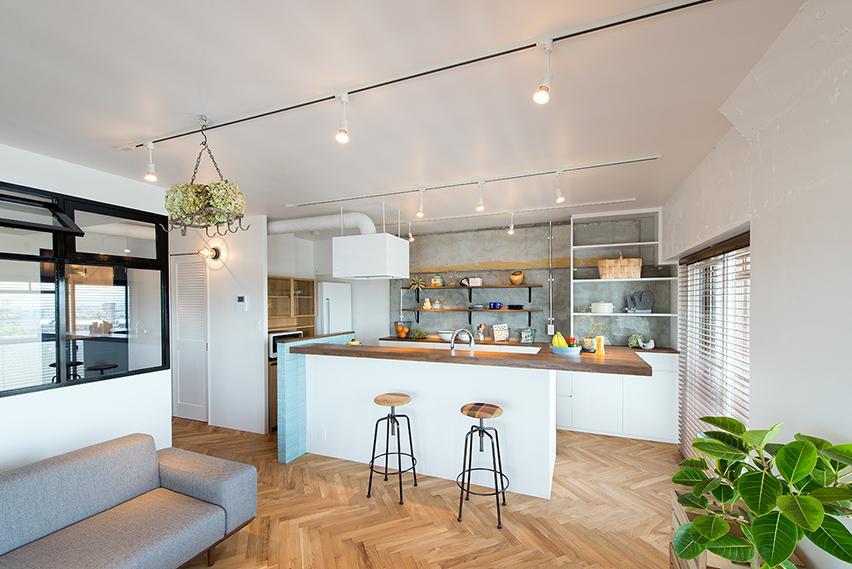 キッチンは明るい水色の細長タイルでかわいく。サイズをコンパクトにすることで、リビングの広さを確保。