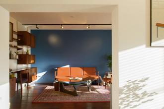 壊せない「壁」を活かした空間づくり。人の集まるキッチンとインナーテラス。