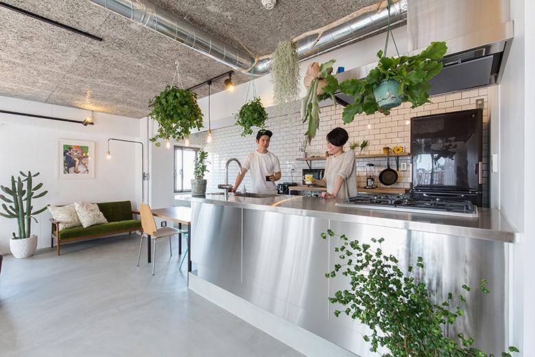 タイルとグリーンのコントラストが映えるご夫婦お気に入りのキッチン