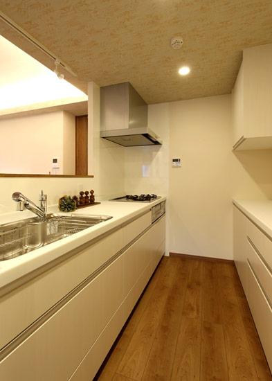 LDKを見渡すことができる対面式のキッチン。これから生まれるお子さんをしっかりと見守りながら家事ができます