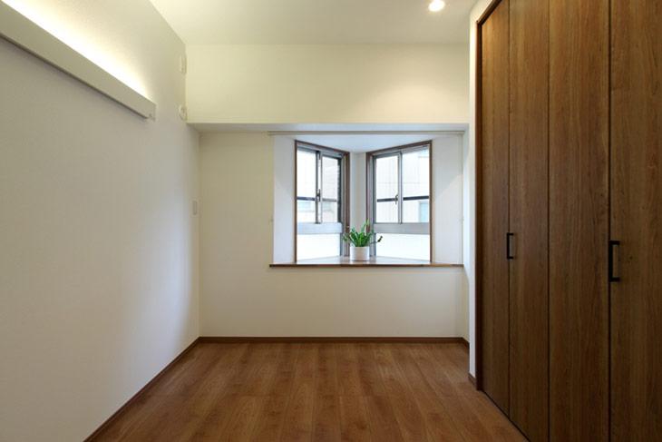 出窓が特徴的な洋室は寝室として使う予定。