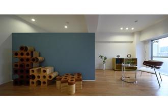 シンプルな空間にイエロー&ブルーのアクセント