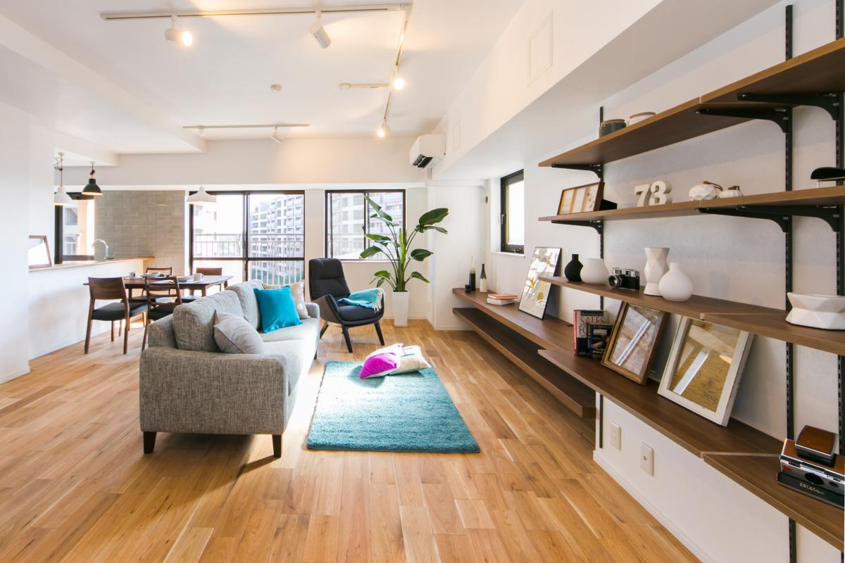 明るい室内。無垢の床が気持ちい、居心地のいいリビング。 北欧の色味を使用した家具も相性が良く、キッチンからは広くリビングが見渡せます。