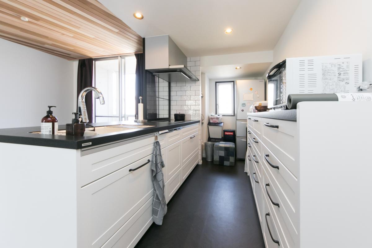「ホテルライクな白を基調にしたじゅうたんリノベーション」のキッチン