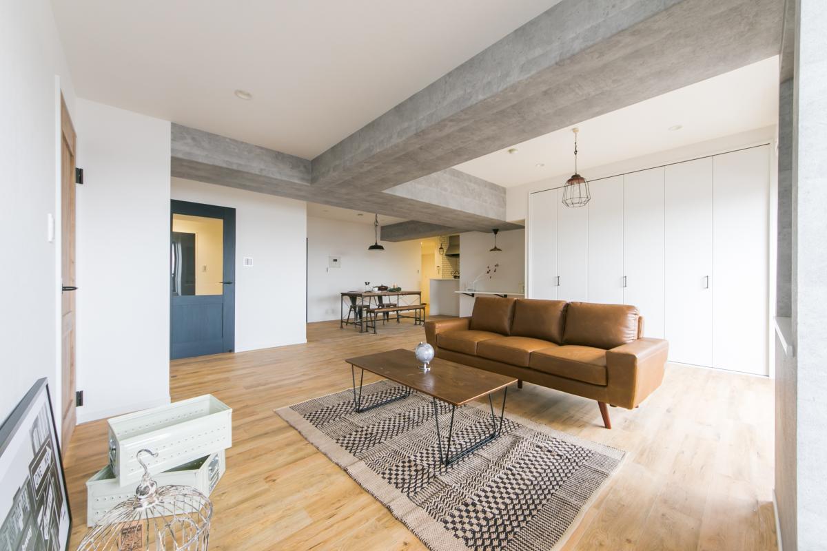 約27JのLDK(Kは+6.5J) コンクリートあらわしのようなクロスを使用し雰囲気をだしました。 coolな印象の室内は家具も映えます。