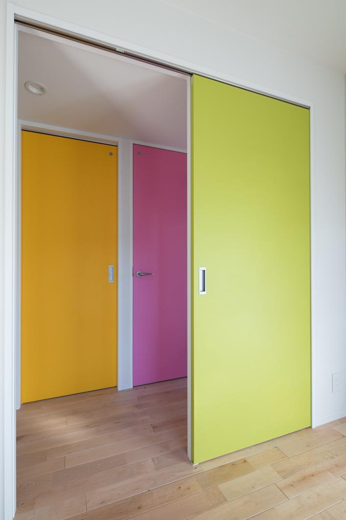 DIYで仕上げた明るいチョークペイントの室内扉。玄関あけると見えるカラフルな扉は、帰ってきた瞬間に楽しくなります♪