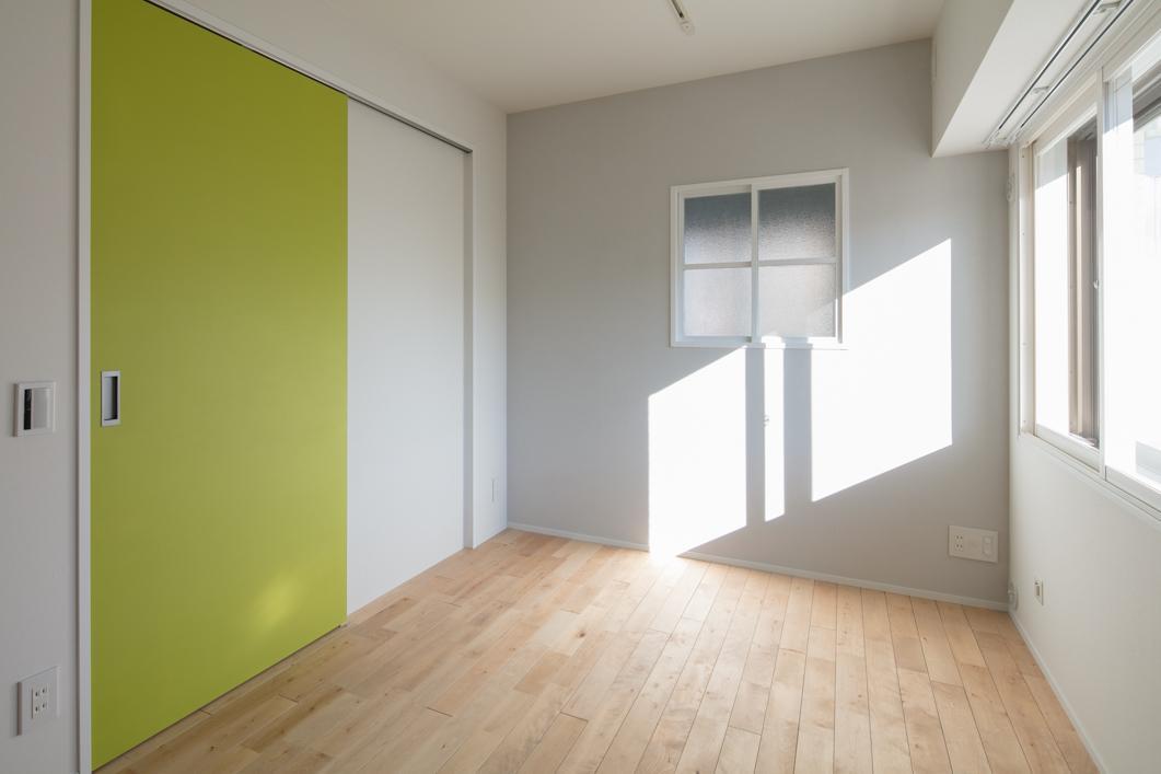 寝室には、施主様支給のかわいい小窓