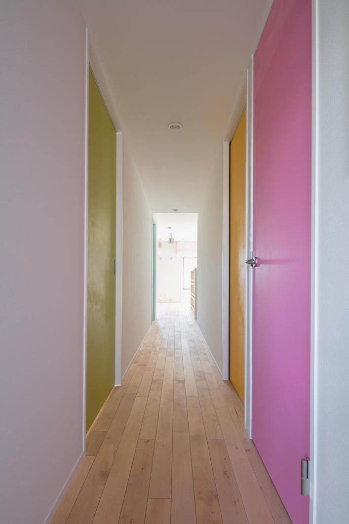 廊下のカラフル扉