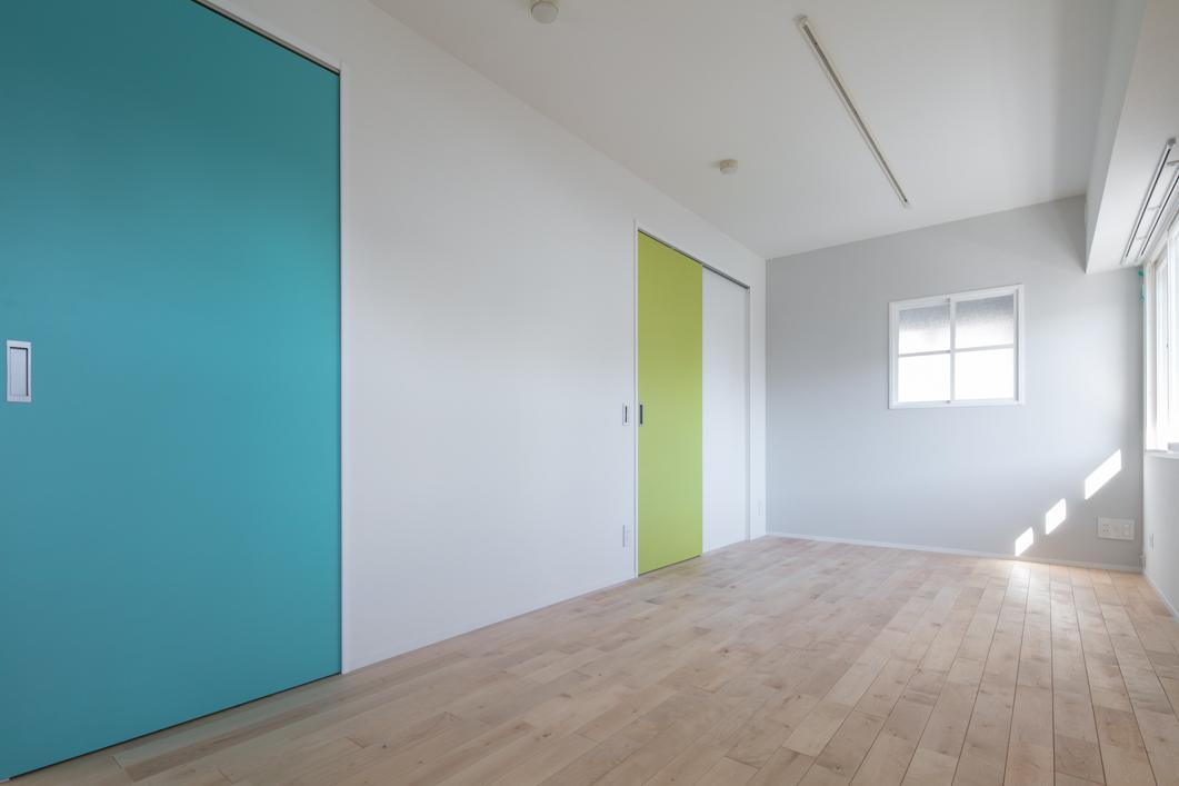 子供が大きくなるまで家族そろってお休みできる広い寝室。将来は仕切れるよう壁位置も検討して作りました。