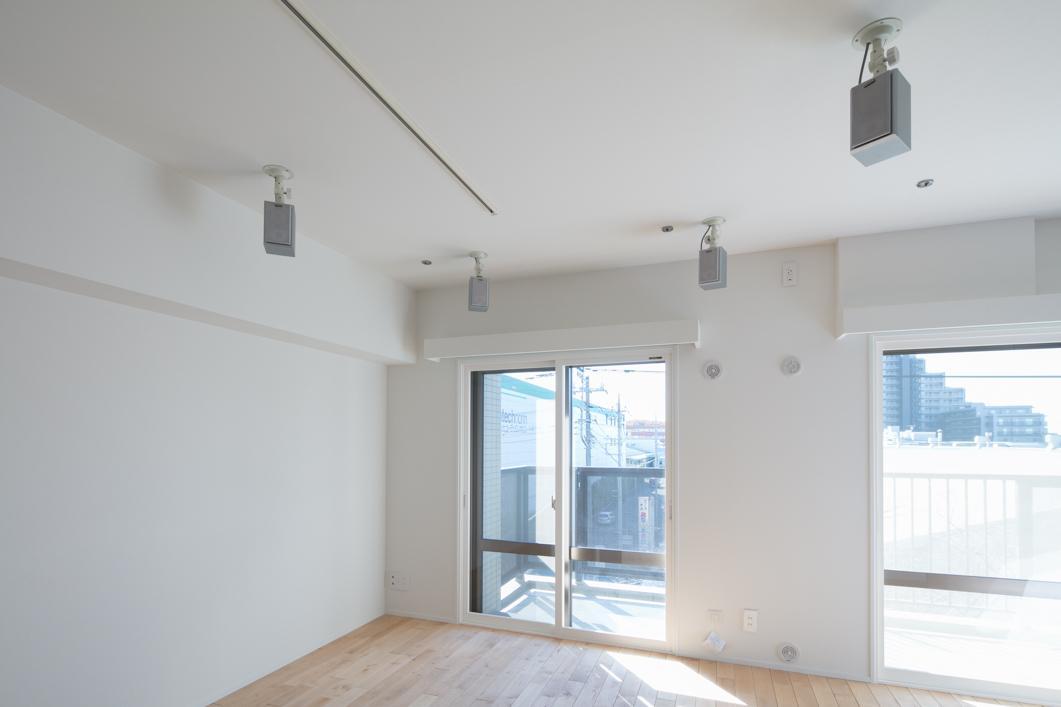 天井据え付けにしたスピーカーがリラックス空間を演出。