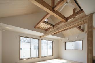 【戸建】天井あらわしの解放空間。日当たりを最大限生かした明るいリビング