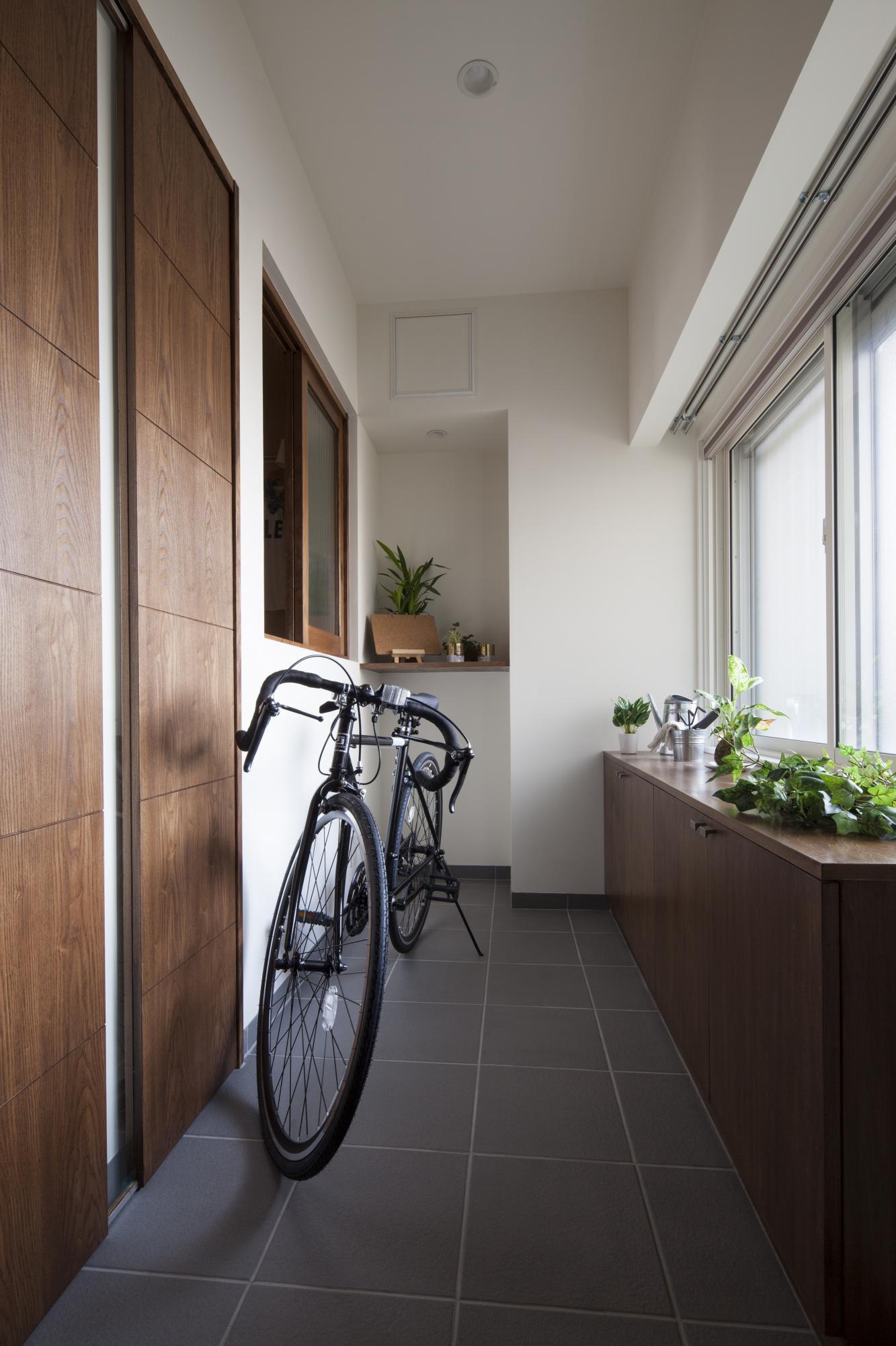 「自然の風」を感じられる為のプランニング   あなたは次の部屋のどちらが快適に過ごせると思いますか?  (1)室温27℃ 窓を閉め、エアコンを使用  (2)室温30℃ 窓を開放、エアコン未使用   この実験の結果、ほとんどの人が(2)の部屋の方が快適と答えたそうです。室温だけを比べると(1)の方が低いにもかかわらず(2)を選んだ人が多かったのは、自然の風が心地よかったからだと考えます。   室温が高くても、自然の風が入ってくる環境のほうが、エアコンでコントロールされた環境よりも過ごしやすいと感じる人が多いというのは、ちょっと意外な気がしますか?でも、窓を開けたら思ったより涼しくて、風が気持ちいいと感じたことはありませんか。この実験結果は、そんな感覚に近いことだと思うのですが、五感による快適さと、実際の室温とは、必ずしも一致しないということの証明でもあります。   また引き戸を採用しておりますので、室内のプライバシーを保ちつつ、緩やかに通風を確保し、住まいの空気のよどみを無くす等の使い方が可能となります。