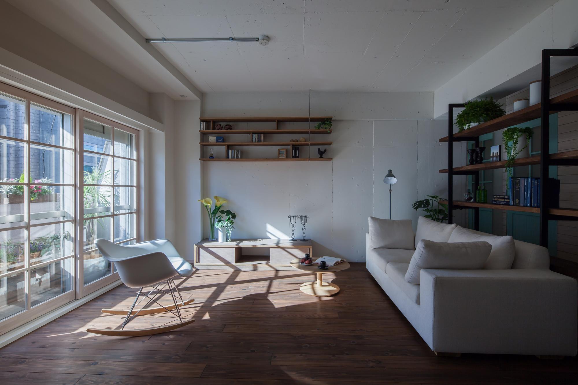 「断熱補強」による温熱環境の改善   この写真は弊社が手がけたリノベーション事例になります。   シンプルでモダンなスッキリとしたデザインで、壁や天井はコンクリート直接塗装する仕上げ、鋼管を利用した電気配線など、リノベーションの事例としては見かけるデザインテイストも散見されます。   一見、デザイン・オリエンテッドな事例写真の様にも受け取れますが、この1枚の写真の中にも、エコミックスデザインのノウハウの跡がしっかりと見て取れます。   エコミックススタイルでは、外壁に面している熱環境的に弱点となる部分を徹底的に補強いたします。特に、忘れがちなのが外壁に面した内壁部分です。この部分は熱橋(ヒートブリッジ)と言われ、外気で熱せられたり冷やされた熱を、部屋の中まで橋渡してしまう部分となります。   目に見える、窓に対するインナーサッシによる断熱補強とあわせて、目には見えてこない壁内の断熱補強もしっかりと行い、見た目のデザインだけではない、本当の「快適さ」に強いこだわりを持っております。