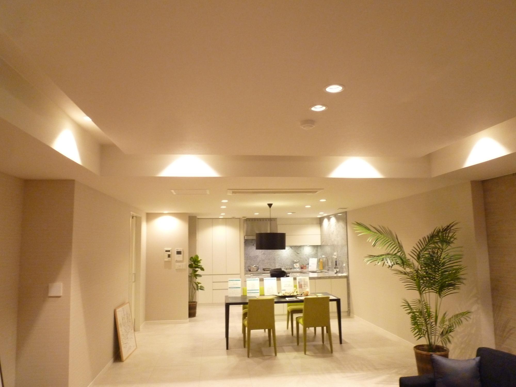 明るい広々リビング。オープンキッチンが愉しい空間に