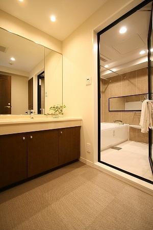 ホテルライクな落ちついた空間にリノベーション。収納も多くなり使いやすくなりました。