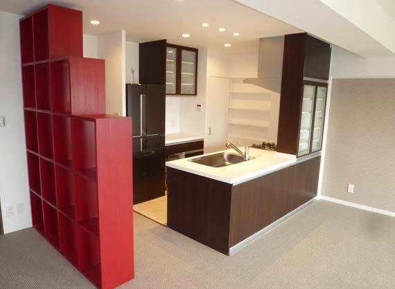 大容量の収納をが可能なシックな家具調のオープンキッチンにリノベーション。趣味の展示も可能な味のある棚も造作で実現しました。